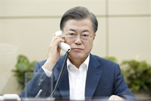 """'1일 2콜'로 유명희 총력 지원하는 文대통령...""""WTO 개혁 최적임자"""""""