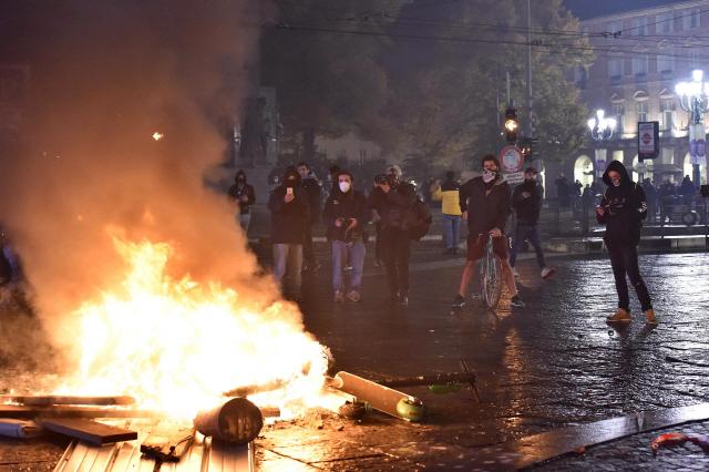 '코로나에 크리스마스 대목 끝났다?'...유럽 봉쇄조치에 반발 격화