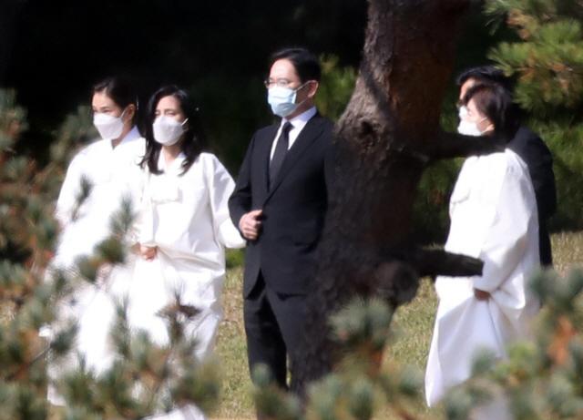손 꼭잡은 이재용·부진 남매…이건희 회장 '마지막 배웅길'