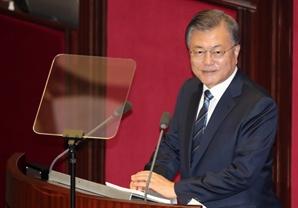 """PK·70대서도 """"文 잘한다"""" 늘었다…지지율 47.6%로 상승"""