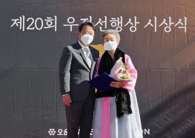 코오롱그룹 '우정선행상' 시상…수상자 직접 찾아가