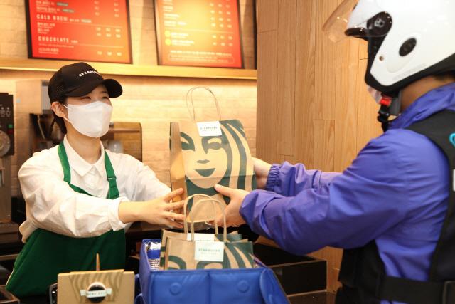 옛날 다방의 부활?…커피 끝판왕 '스타벅스'도 배달 뛴다