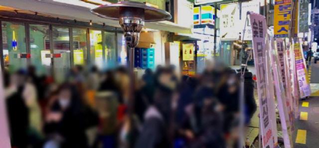 3차 대유행에 자영업자들은 '울상'…일부에선 야외서 술 마시며 '춤판'