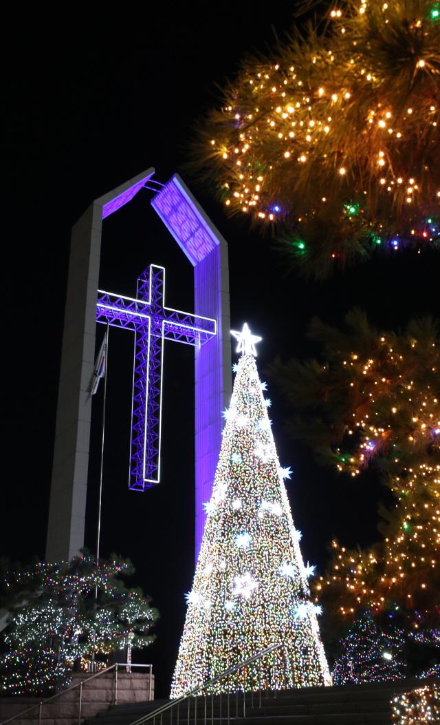 올해도 여의도에 대형 성탄트리 불 밝힌다…오늘 순복음교회 점등식