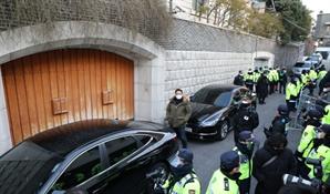 [속보]자택서 전두환 출발…오늘 광주서 명예훼손 1심 선고