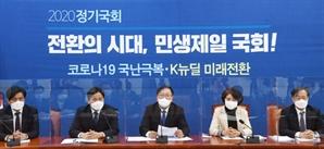 쫓아내긴 부담스럽다...여권 尹총장 '자진사퇴' 총공세