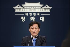 """靑 '尹 찍어내기'에 선긋기…""""文 리더십 실종·책임 회피"""" 지적도"""