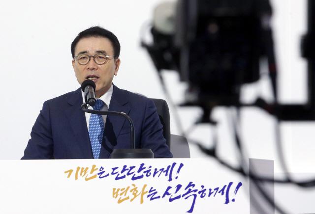 신한 금융 지주 조 용병 회장, '강한 기반!  빨리 변하라! '