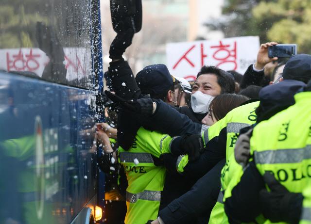 '살인자 양부모 사형해라'...법원 앞 모인 엄마·아빠들 엄벌 촉구