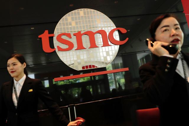 삼성전자 주가, 너무 비싸다?...'라이벌' TSMC는 더 올랐다