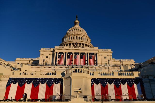 미국 대통령 취임식 '낯선 풍경'… 인파 대신 19 만 개의 깃발 앞에 서있는 바이든