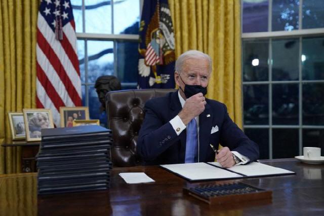 코로나 블루 넘어 레드·블랙 시대…조 바이든, 코로나 통제 나선다