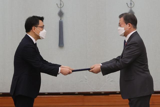 文대통령, 김진욱 공수처장에게 '정치로부터 중립이 중요'