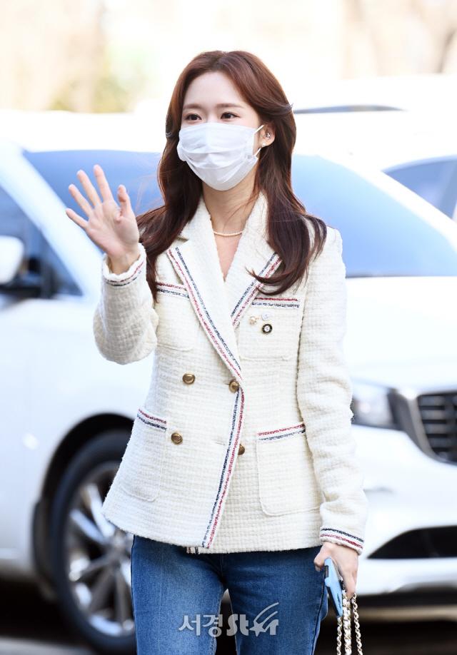 출근길 인사하는 조이현