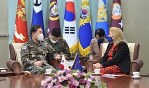 한·EU 군사교류 증진 논의…합참의장, EU대사 접견