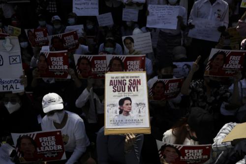 로이터의 '미얀마 쿠데타 비난 해산 중 발사 된 총기'