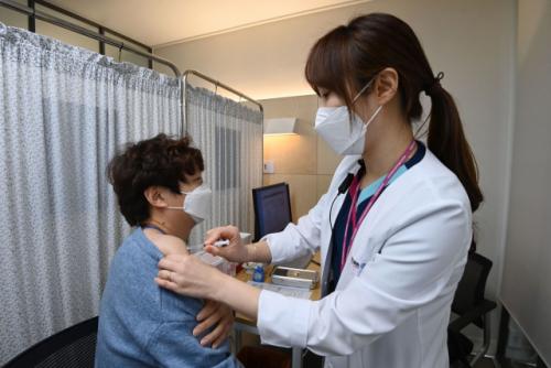 백신 7,900 만개 확보 … '11 월 집단 면역 그린 라이트'