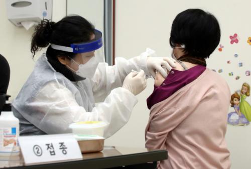 차분한 백신 접종 현장…'17분 뒤 뻐근함·어지럼증 사라져'