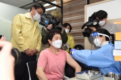 코로나19 백신 '1호 접종' 놓고 논란… 서울 노원구가 방역지침 위반?