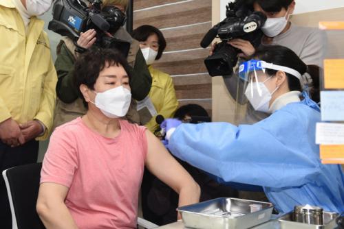 [사진] 403일 만에 '백신의 시간'...국내 1호 접종