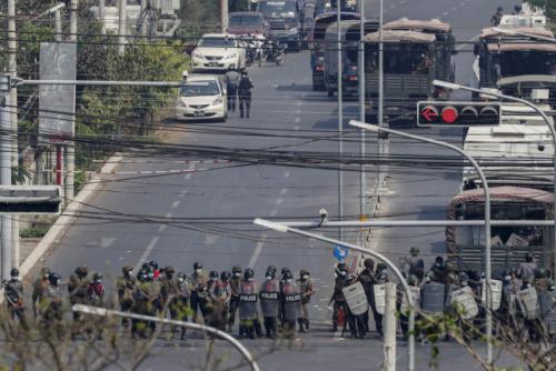 [속보] '미얀마 군경 또 시위대에 총격…여성 1명 사망'로이터