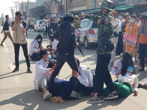 '도대체 몇 명이 죽어야'…미얀마 '피의 일요일'