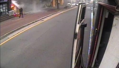 운행 중 버스 세우고 소화기 두 개 분사…대형 화재 막은 운전기사