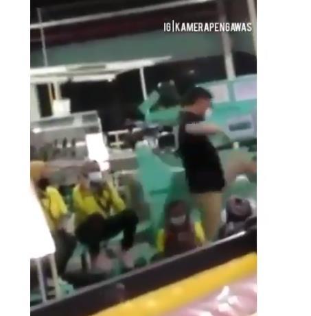 공장에서 밥먹었다며 인니 근로자에 발차기로 위협한 한국인…결국 해고