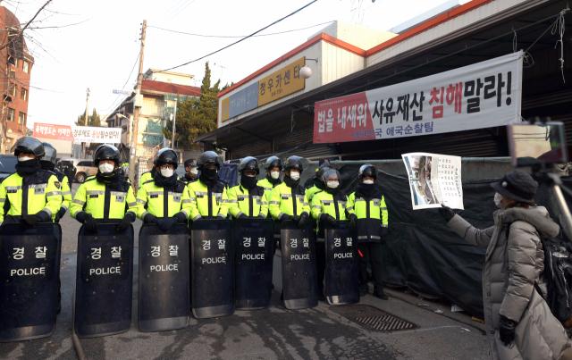 '화염병 투척' 사랑제일교회 신도 3명 구속