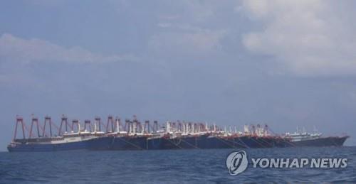 중국은 남 중국으로 필리핀을 위협하고 선박 220 척을 정박