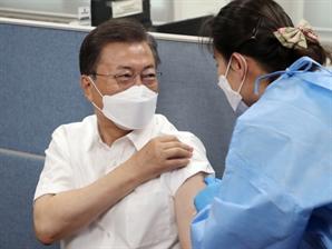 [국정농담] 하다 하다 '백신 바꿔치기' 의심까지 간 '反文 정서'