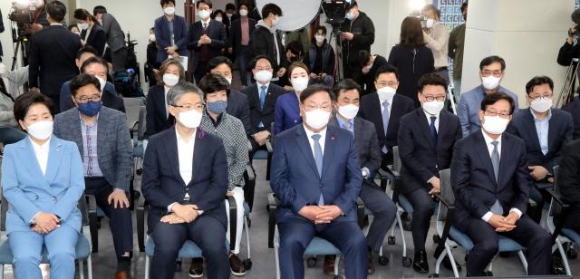 '몇 년 만의 참패인가'...침울한 민주당, 통한의 눈물