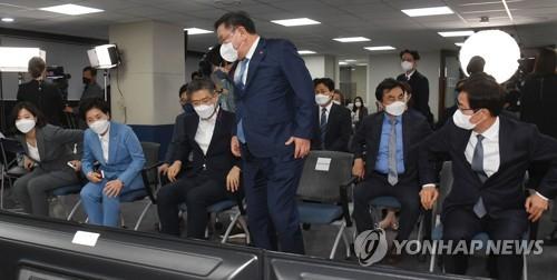 잠 못 이룬 민주당 의원들...강성 '스피커' 인사들 모두 침묵