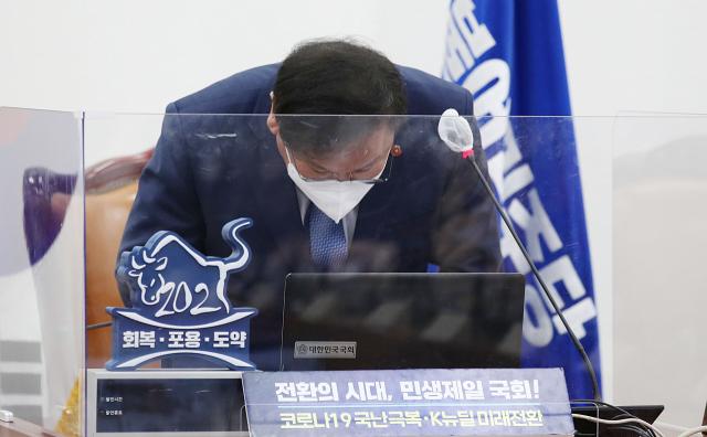 [속보]김태년 '민주당 지도부 전원 사퇴…전대·원대 선거 조기 실시'