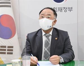 """""""부동산 정책 바꿔라"""" 국민 명령 확인하고도…홍남기 연일 '마이웨이 '"""