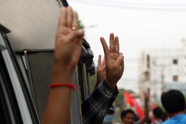 '미얀마군, 시위대에 박격포·유탄발사기 발포…최소 82명 사망'