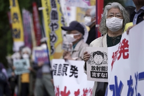 """중국도 일본 오염수 방출에 """"무책임한 결정""""...외신도 비판 가세"""