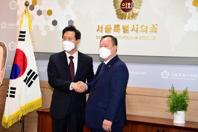 오세훈에 날세운 서울시의회 의장 '35층 규제 풀어 집값 폭등한다면 옳지 않아'