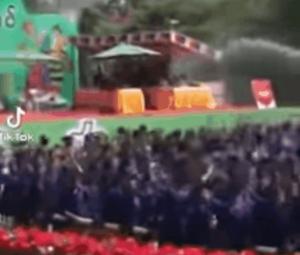 [영상]시민 700명 목숨 잃었는데…미얀마 군인은 '무아지경' 물 축제