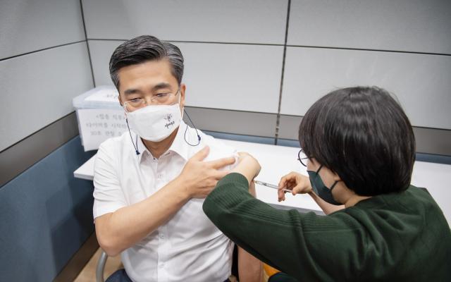 서욱 장관 AZ백신 접종...특별방역 현장 점검