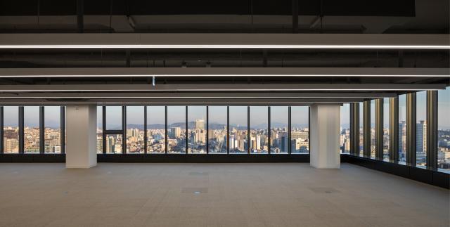 31층 휘감은 거대한 커튼월...반백년 '종로 터줏대감'의 존재감 [건축과 도시-삼일빌딩]