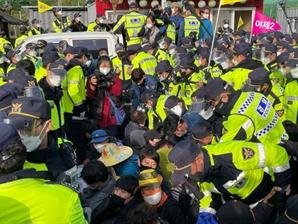 경찰, 성주 사드기지 시위 강제해산 나서…장비 반입