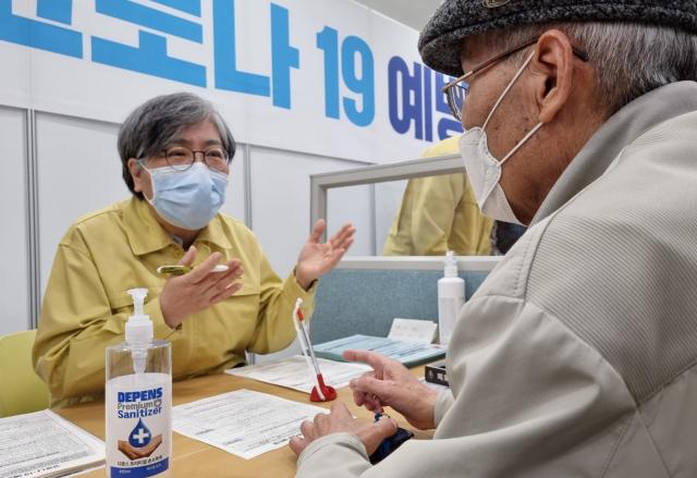 카네이션 달고 어르신들 찾은 정은경 '백신 이상 반응 0.1%뿐…안심하시라'
