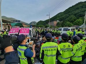북핵미사일 막는 사드기지 앞길 또 막아선 극렬시위대...경찰, 강제해산