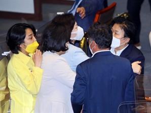 """정의당 92년생 류호정 """"당신?"""" 민주당 67년생 문정복 """"야! 감히""""…본회의장 말싸움"""