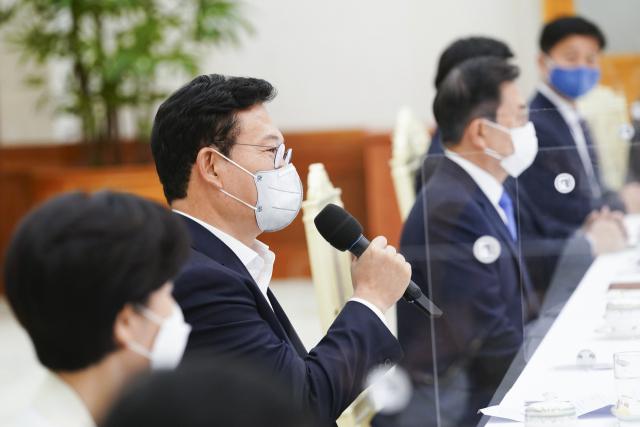 부동산 이어 脫원전도 반기, '원팀' 외친 文 앞에 두고…정책 변화 주문한 송영길