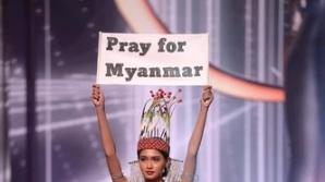 """""""우리를 위해 기도를"""" 팻말 든 미스 미얀마"""