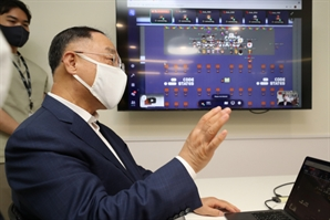 """홍남기 """"2030년까지 미래차 부품기업 1,000개 전환"""""""