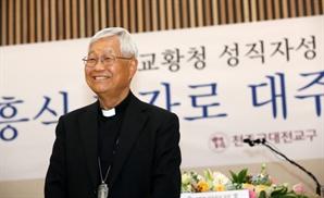 """한국 첫 교황청 장관 유흥식 대주교 """"교황 북한 방문 주선할 것"""""""