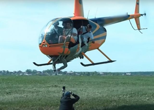 테이프로 헬기 밑에 사람 묶고…도넘은 유튜버 결국